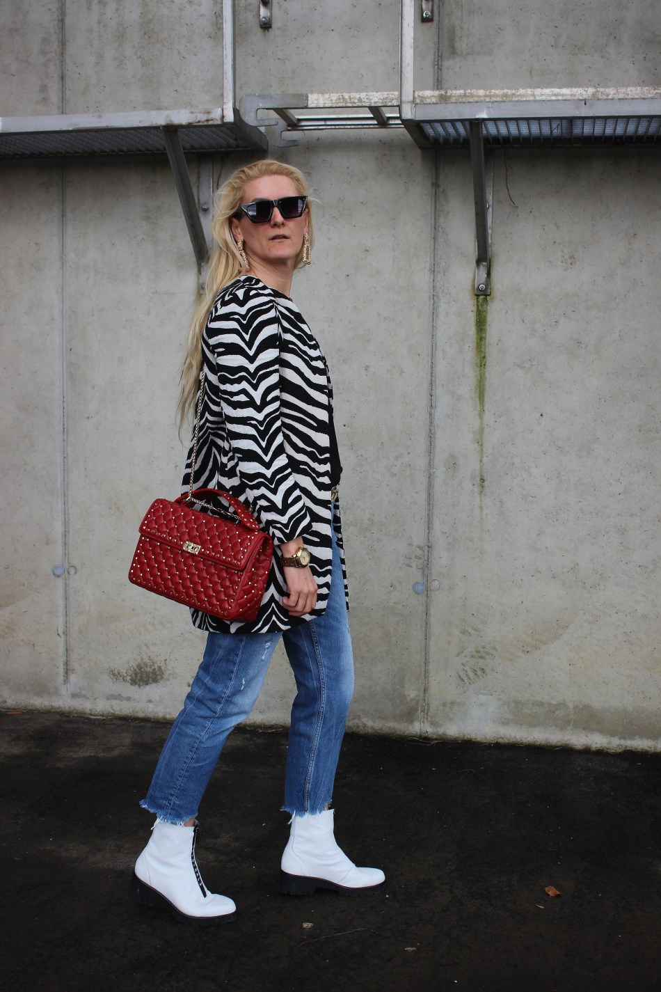 Zebra-Trend-Muster-2020-Valentino-Rockstud-Bag-CCC-Shoes-and-Bags-Boots-weiße Boots-carrieslifestyle-Blogger-Tamara-Prutsch