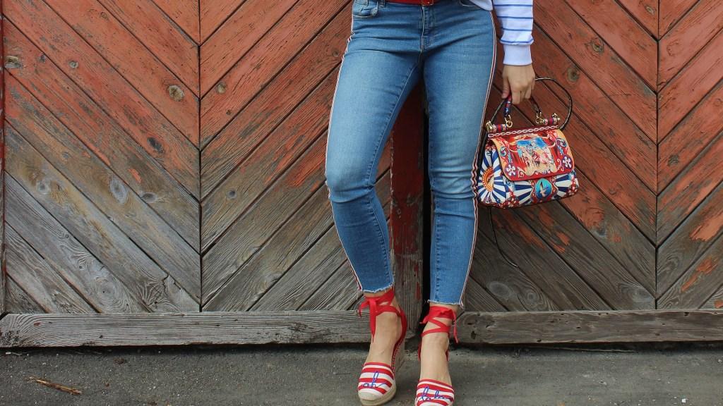 Blau-Rot-Weiß-gestreifter-Pulli-Denim-Espadrilles-Wedges-D&G-Sicily-Bag-carrieslifestyle-Tamara-Prutsch