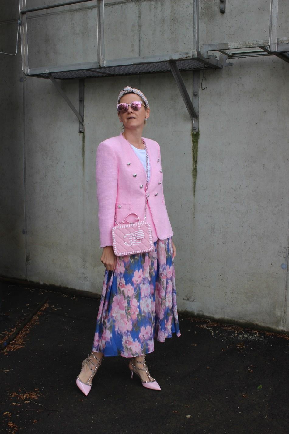 Blumenprint-Midiskirt-Floralprint-Tweed-Jacke-Blazer-Chanel-Tasche-Springfashion-Springoutfit-carrieslifestyle-Tamara-Prutsch