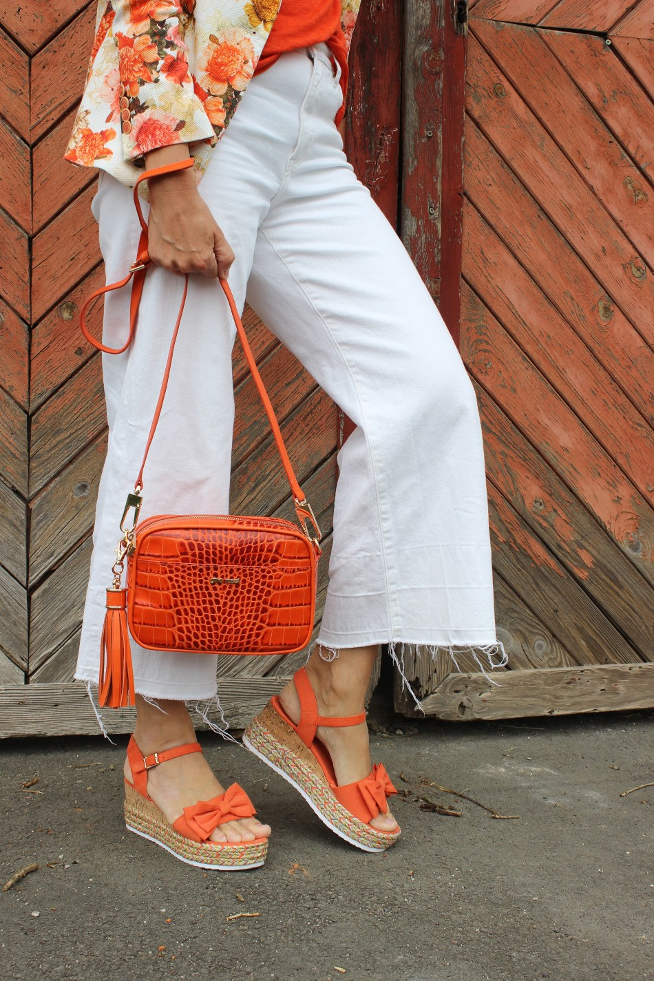 Trendfarbe-2020-Orange-Culotte-Blumenprint Blazer Orange Zara-Sandalen- CCC Shoes and Bags-Krokoleder Tasche Orange-carrieslifestyle-Tamara-Prutsch