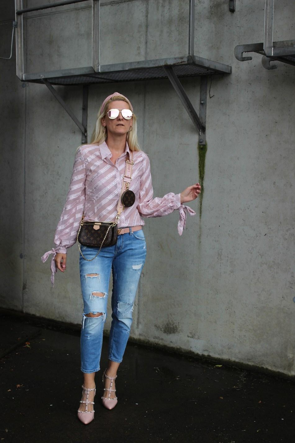Blusentrends 2020-Asymetrische Bluse- Oversizes Ärmel Bluse-Nakd Fashion-Bloggerstyle-Tamara Prutsch-carrieslifestyle-Denim-Valentino Rockstud Sandals-Louis Vuitton Tasche