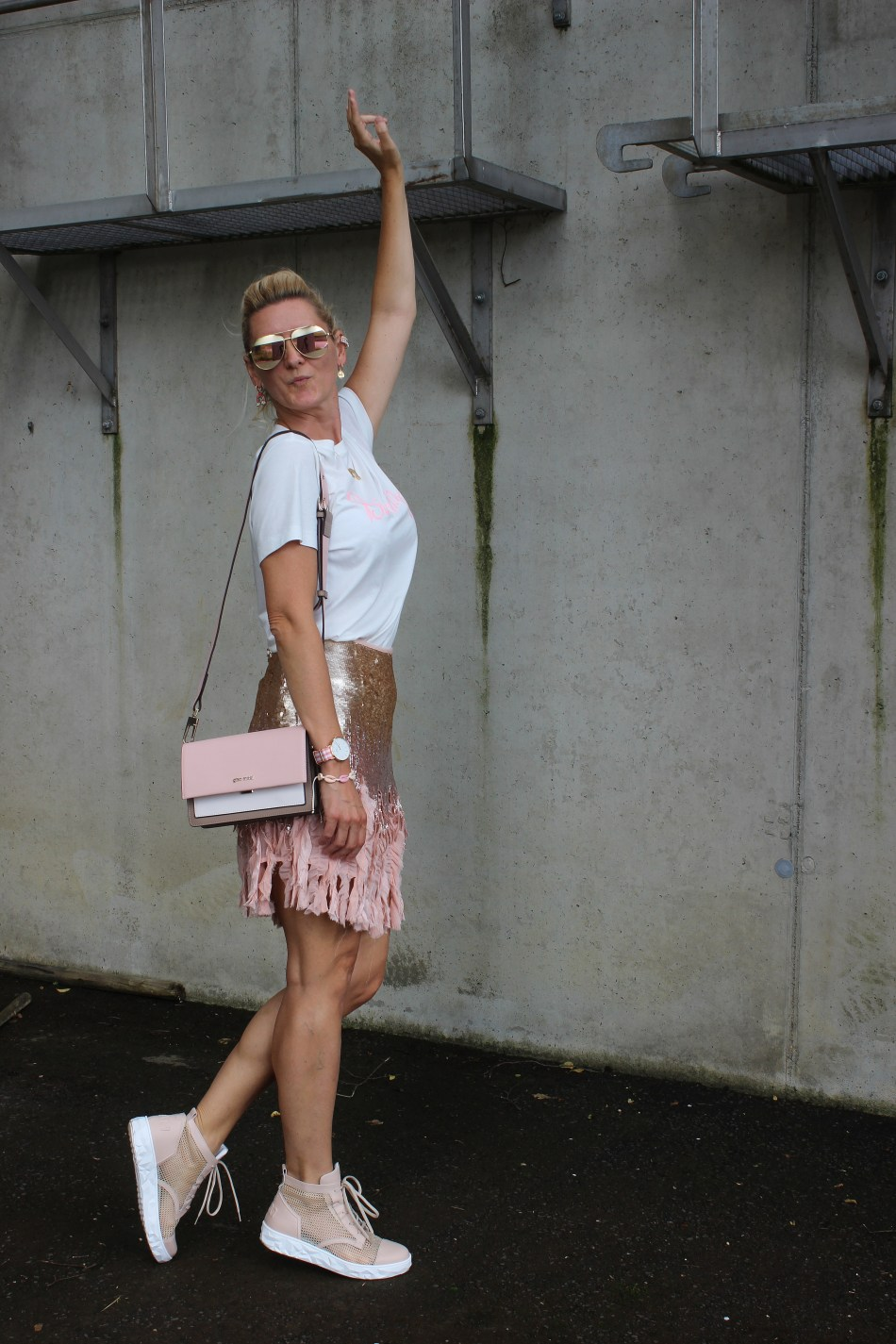 Sevenamofficial-Sneakers-Italien-Rosa Sneakers-Glitzer Paillettenrock rosa-Handtasche CCC Shoes and Bags- Gino Rossi-Weißes Shirt-bloggerstyle-Tamara Prutsch