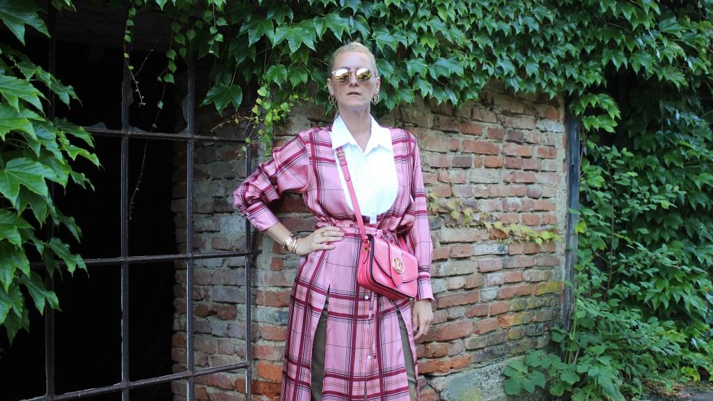Trend Kleid über Hose-Louis Vuitton Pont 9-Korallrot-Coral Red-Dior Sandals-Khaki Hose-carrieslifestyle-Tamara Prutsch