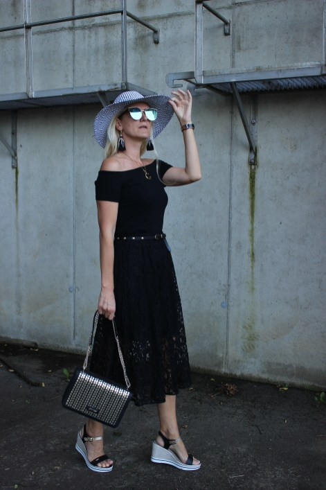 All in Black-Allover Black-Schwarzer Spitzenrock-Sandalen CCC Shoes and Bags-Gino Rossi-St. Tropez Bloggerstyle-bloggerstyle-TAmara Prutsch-carrieslifestyle
