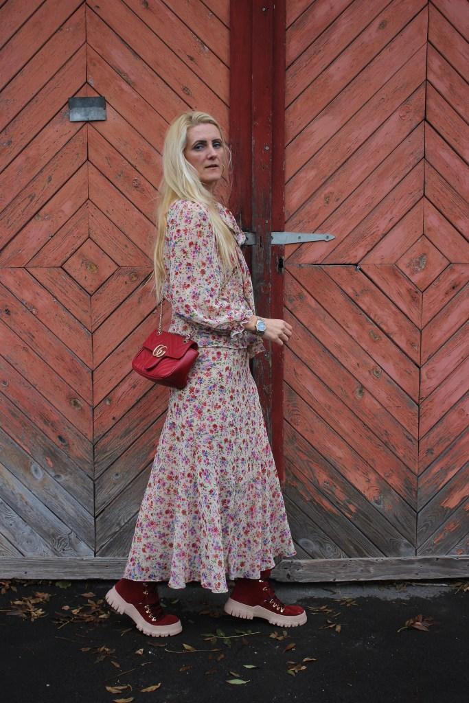 Rote Boots-Blumenprint Zweiteiler Zara-Gucci Bag-carrieslifestyle-Autumn Vibes-carrieslifestyle-Tamara Prutsch