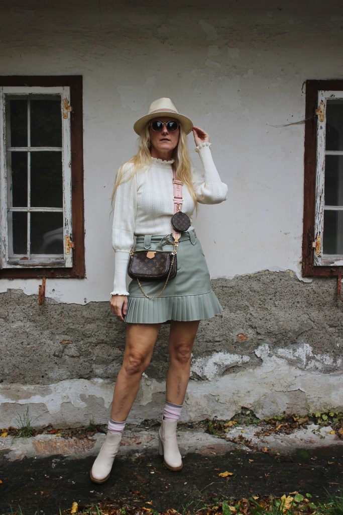 Beige im Herbst-Mintgrün-Herbst Trends 2020-Mintgrüner Lederrock New Yorker-CCC Shoes and Bags Jenny Fairy Beige Boots-Louis Vuitton On the Go Bag-carrieslifestyle