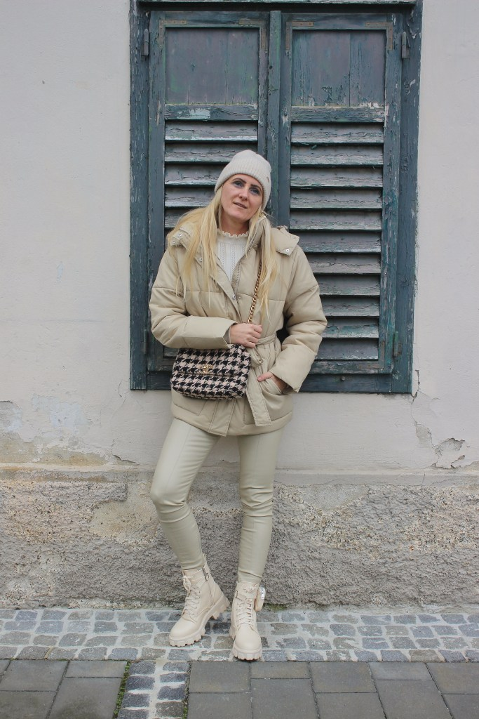 Beige Herbsttrends 2020-All over in Beige-Beige Boots-Beige Winterjacke-Chanel Tasche Hahnentritt-Houndstooth-carrieslifestyle-Tamara Prutsch