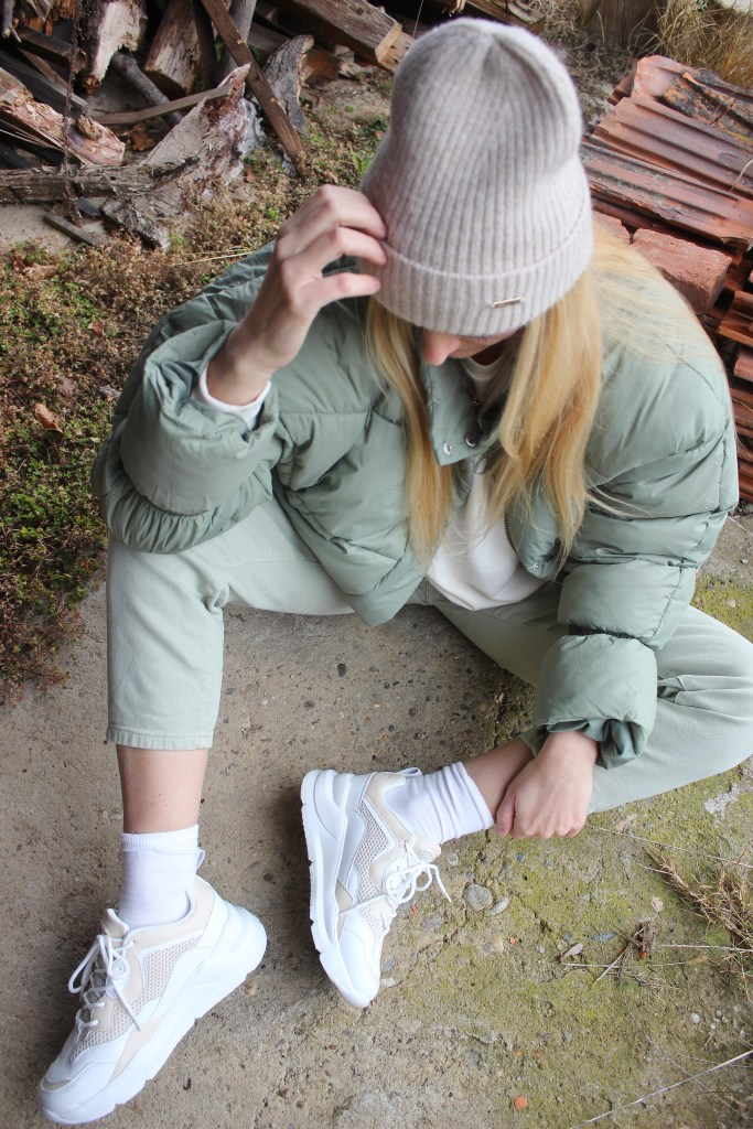 Grün Trend-Nakd Fashion-Grüne Winterjacke-CCC Shoes and Bags Sneakers Deezee-Beige-carrieslifestyle-Tamara Prutsch