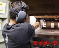 射撃を楽しんでいた男が突如急変!いきなり拳銃自殺してしまう…