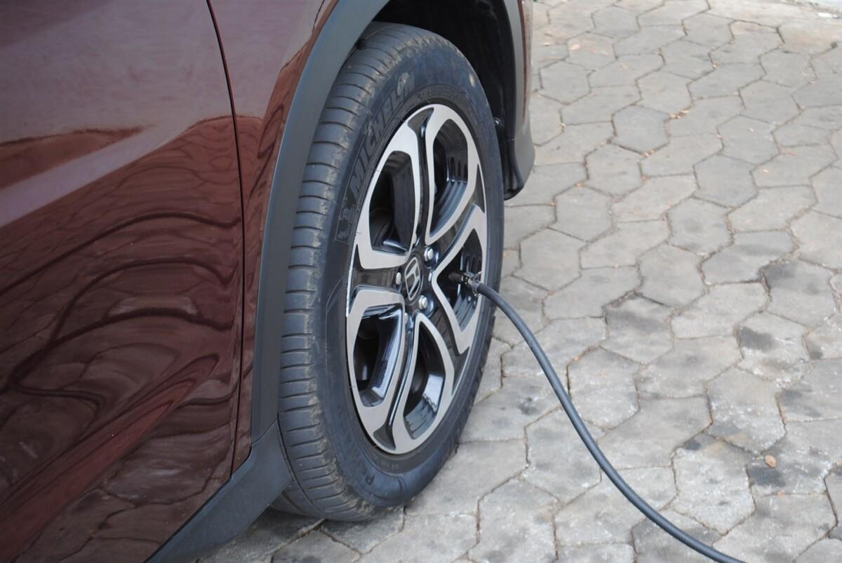 66066929191 Como o correto é calibrar os pneus frios