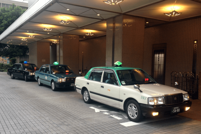 Toyota_Crown_Classic-taxi-Japanese-street_scene-2015