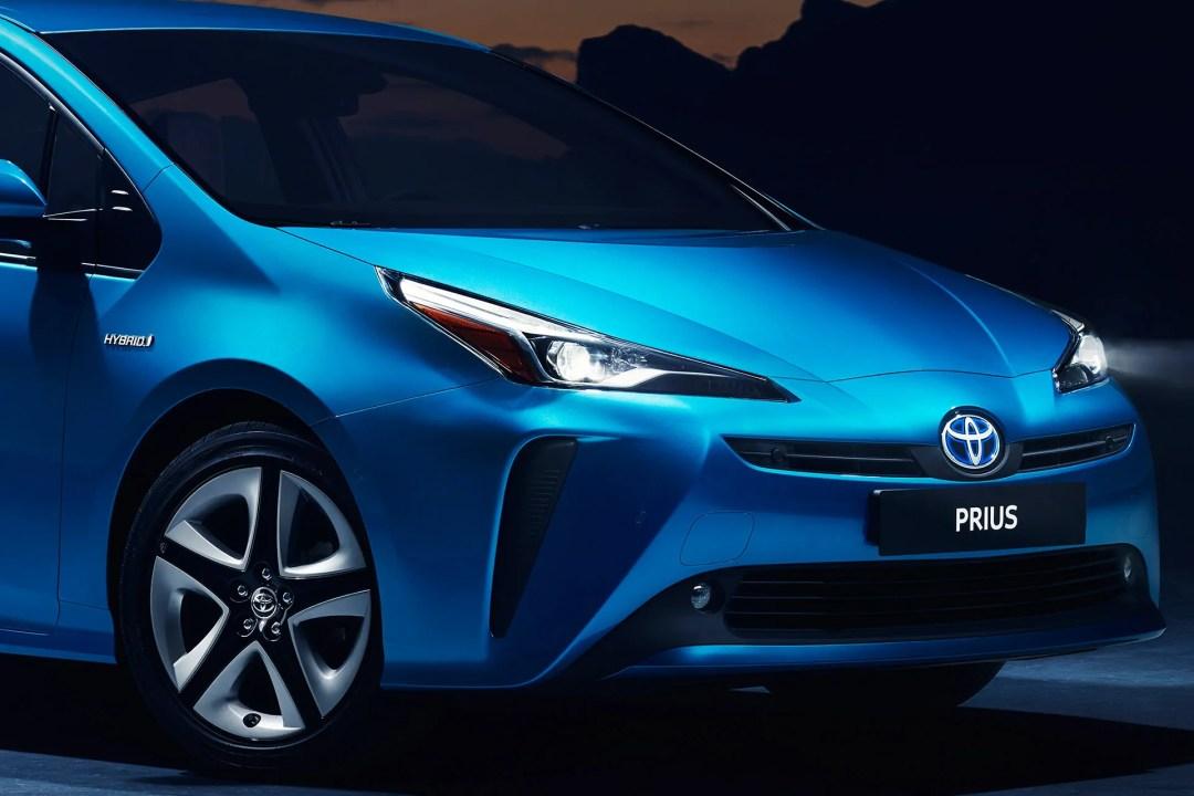 2019 Toyota Prius AWD-i headlights