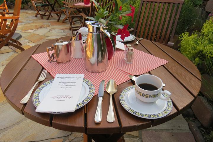 Desayuno en el patio del hotel Romantik Hotel Boglerhof