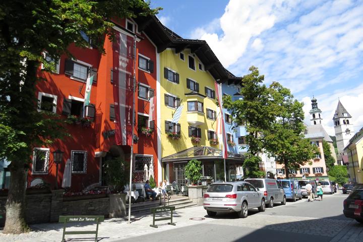Colorido en la pequeña ciudad de Kitzbuhel