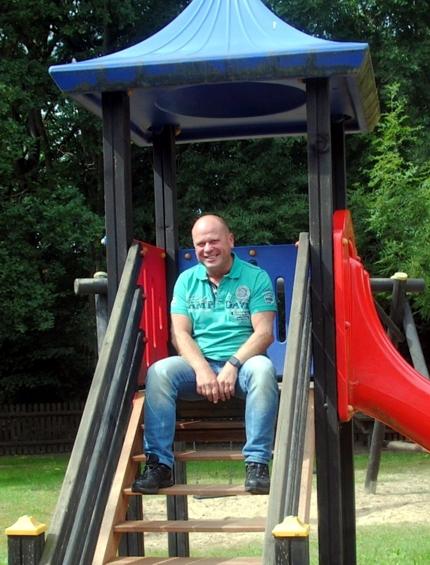 Auf die Spielplätze in nahezu jedem Ortsteil der Gemeinde (hier in Bornsen vor dem Dorfgemeinschaftshaus) ist Jübars Bürgermeister Carsten Borchert besonders stolz. Foto: Walter Mogk - VOLKSSTIMME