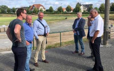 Planer informieren über Sportplatzprojekt