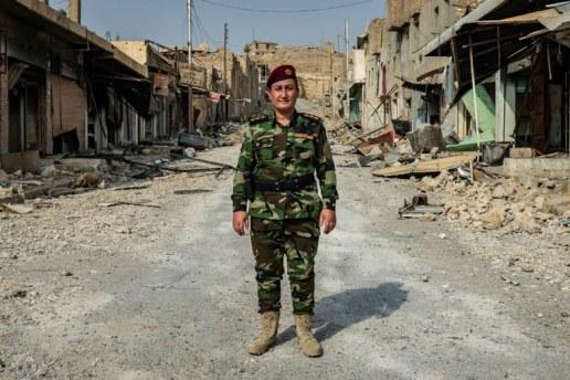 Mulheres que pegam em arma e combatem o Estado Islâmico. Autodefesa feminina.