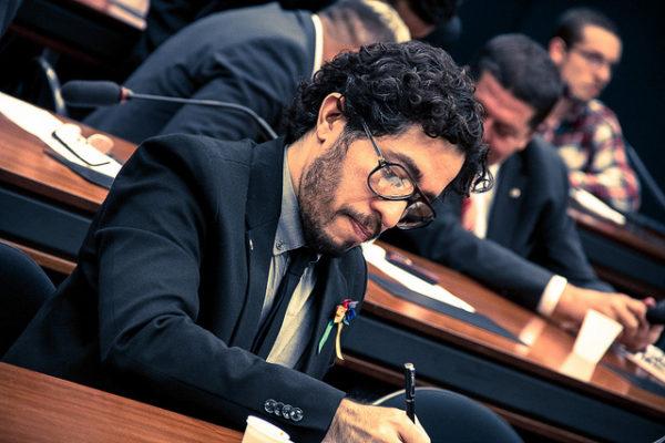O deputado federal Jean Wyllys, durante sessão em comissão da Câmara (foto: Fora do Eixo)