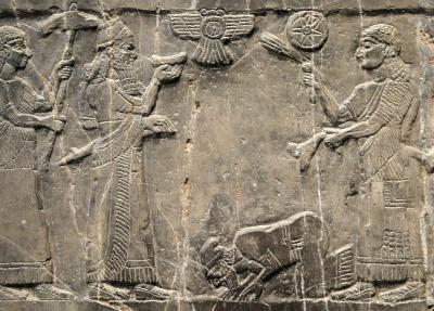 Gesto ritual da Proskynesis, praticado pelos povos do Leste na Antiguidade e visto pelos Gregos antigos como indecoroso e inaceitável. Nesse baixo-relevo do Museu Britânico de Londres que data de 825 a.C., vemos o Rei Jeú de Israel prestando homenagem ao Rei Salmanacer III dos Assírios.