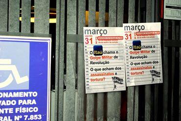 Cartazes na agência do Itaú em Barão Geraldo