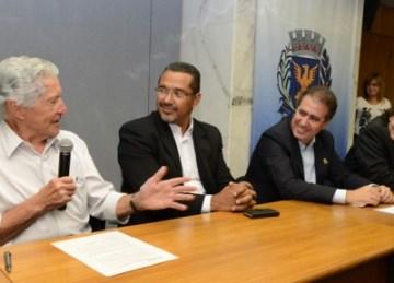 Jonas Donizette, à esquerda, durante assinatura do acordo