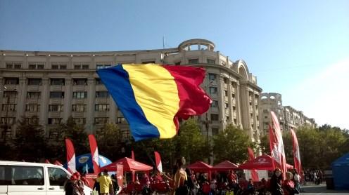 Bandeira romena na Praça da Constituição, em frente ao Parlamento