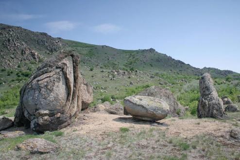 Bolovanii de granit se dezagrega prin exfoliere - Muntii Macin, Culmea Pricopanului