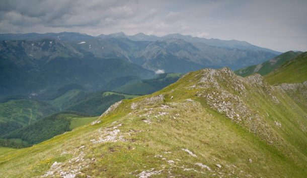 Pe creastă, Retezatul în planul doi / Creasta Oslei, Oslea, Muntii Valcan, Gorj, Hunedoara