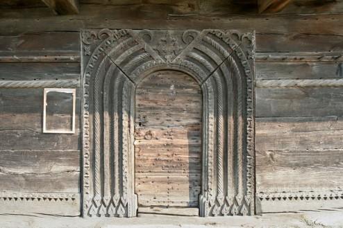 Biserica de lemn din Bradet - portalul de inspiratie romanica