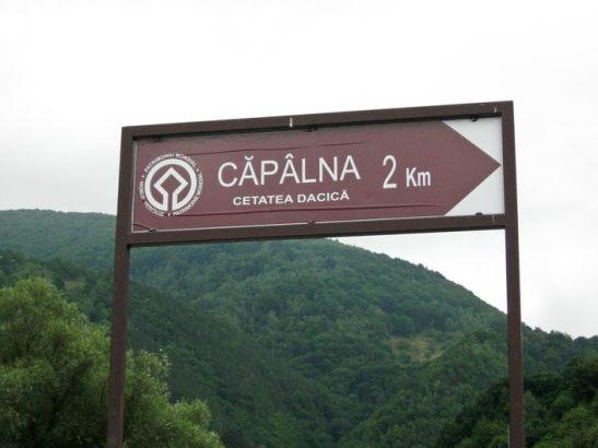 Cetatea dacica de la Capalna -indicatorul din localitate. Doi km pana la cetate