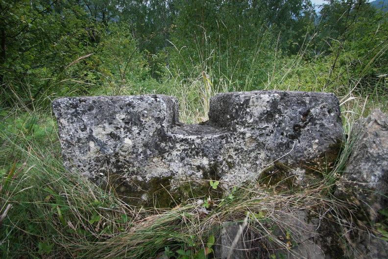 """In scobiturile """"coada de randunica"""" se asezau brane de lemn care uneau cele doua fete exterioare ale zidului - Cetatea dacica de la Capalna"""