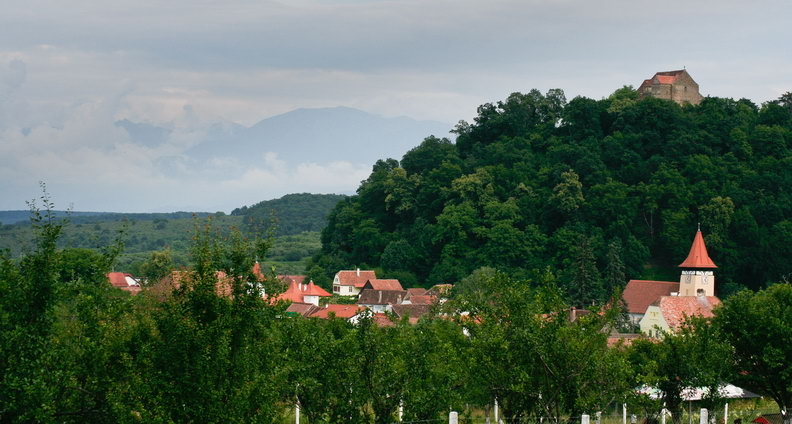 Cetatea si satul Cisnadioara vazute de la vest