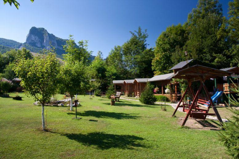 Casutele si gradina - Pensiune Camping Gyopar
