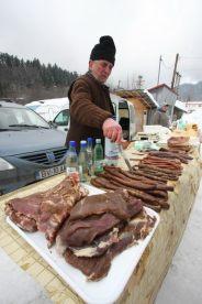 Mini-piata din Cheia - Delicii traditionale - produse din carne, branza si fructe distilate :-)))