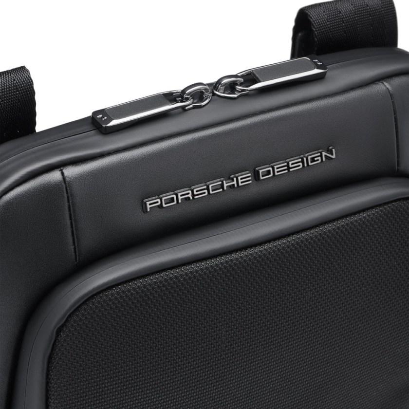 Porsche Design - Roadster Nylon Tracolla XS - Cartoleria Rossi Mantova dal 1927 Piccola borsa a tracolla di design da uomo realizzata in nylon e pelle liscia. La borsa a tracolla è perfetta per la vita di tutti i giorni e le vacanze, con uno scomparto principale adatto per tablet.