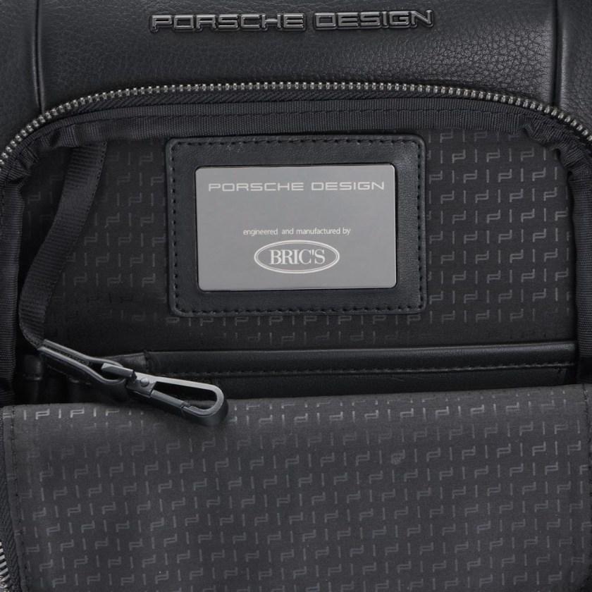 Porsche Design - Roadster Tracolla S - Cartoleria Rossi Mantova dal 1927- Esclusiva borsa a tracolla da uomo realizzata in pelle di vitello. La borsa a tracolla Porsche Design è dotata di un ampio scomparto principale, adatto per piccoli notebook e tablet.