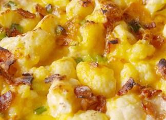 recept na Květák zapékaný se sýrovou omáčkou, slaninou a jarní cibulkou