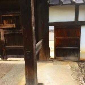 京都市の養源院の中から見た門