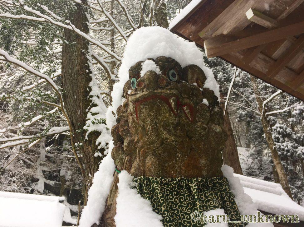 貴船神社奥宮の雪をかぶった狛犬