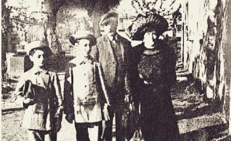 Foto Enzo Ferrari dan Orang tuanya - peringatan ulang tahun enzo ferrari ke-120
