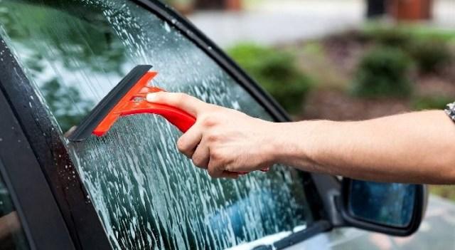 Bersihkan jamur kaca dengan bahan khusus, atau bisa dengan cairan bersoda.