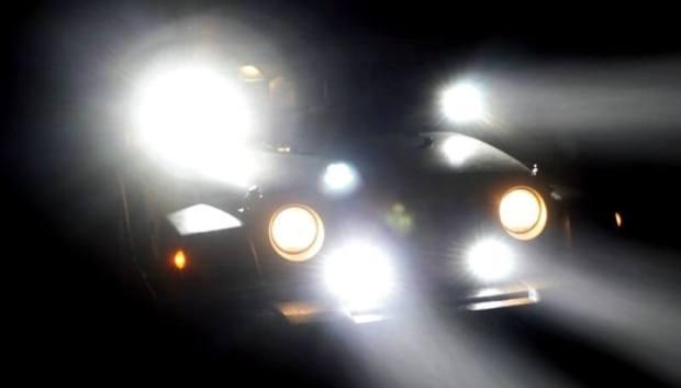 Mobil dengan Lampu Sorot Berlebihan
