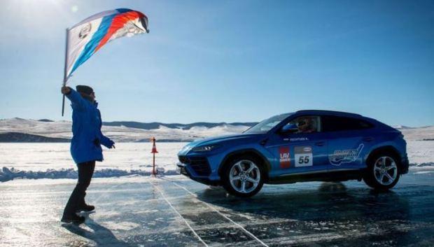 SUV Lamborghini Catat Rekor Kecepatan di Danau Beku
