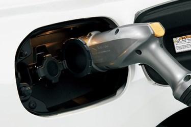 新型アウトランダー/PHEVの実燃費(EV走行可能距離)が悪いだって!?充電時間、方法も面倒くさい?プリウスPHVとも比較してみた★