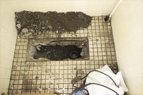 トイレ解体中