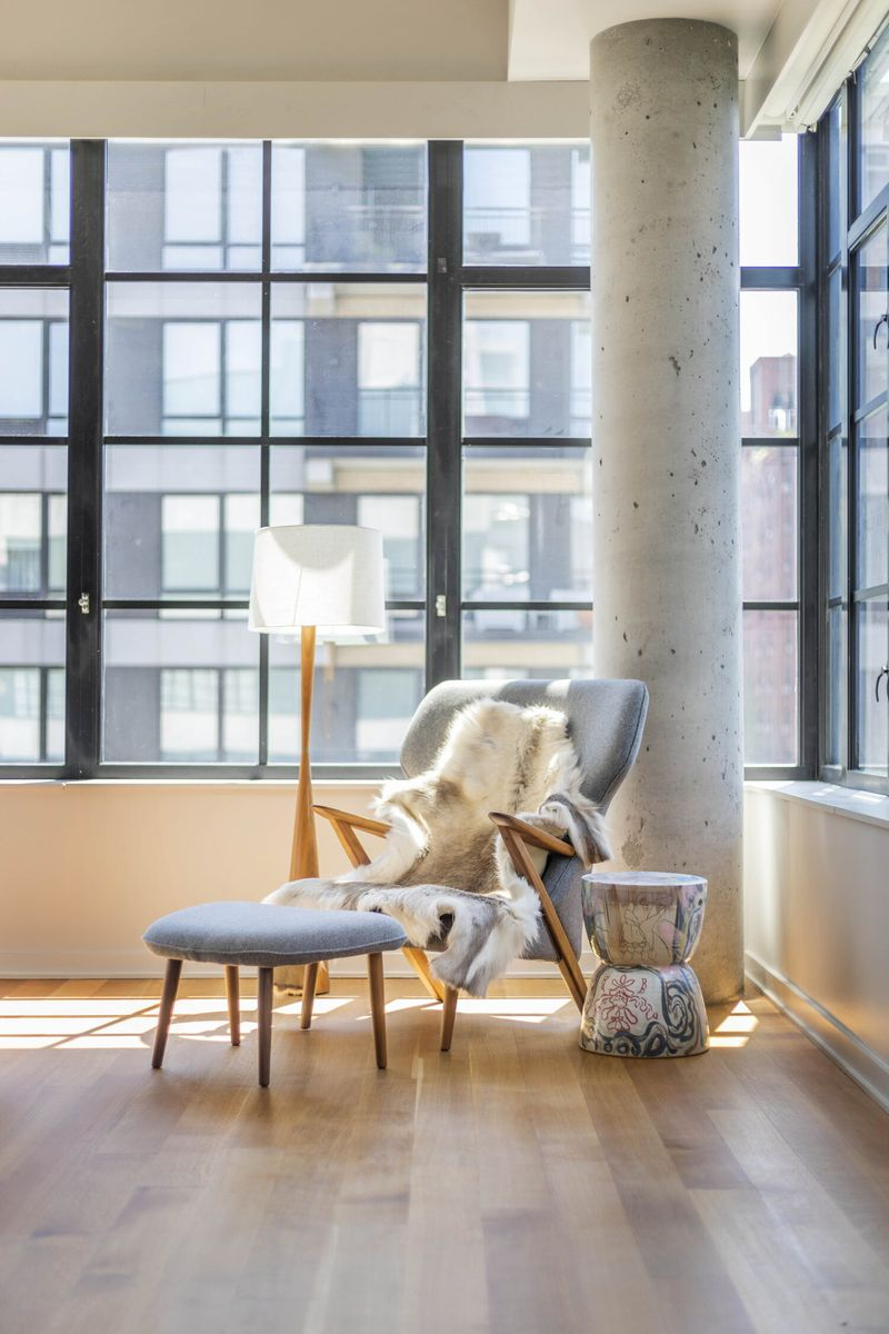 """<span style=""""font-weight: 400"""">A maioria dos interiores industriais são espaços abertos caracterizados por tetos altos e poucas paredes. Para te ajudar com o desafio de preencher o ambiente, </span><span style=""""font-weight: 400"""">agrupe sua decoração e deixe partes completamente vazias. Esta é uma ótima maneira de evidenciar a amplitude da casa.</span>"""