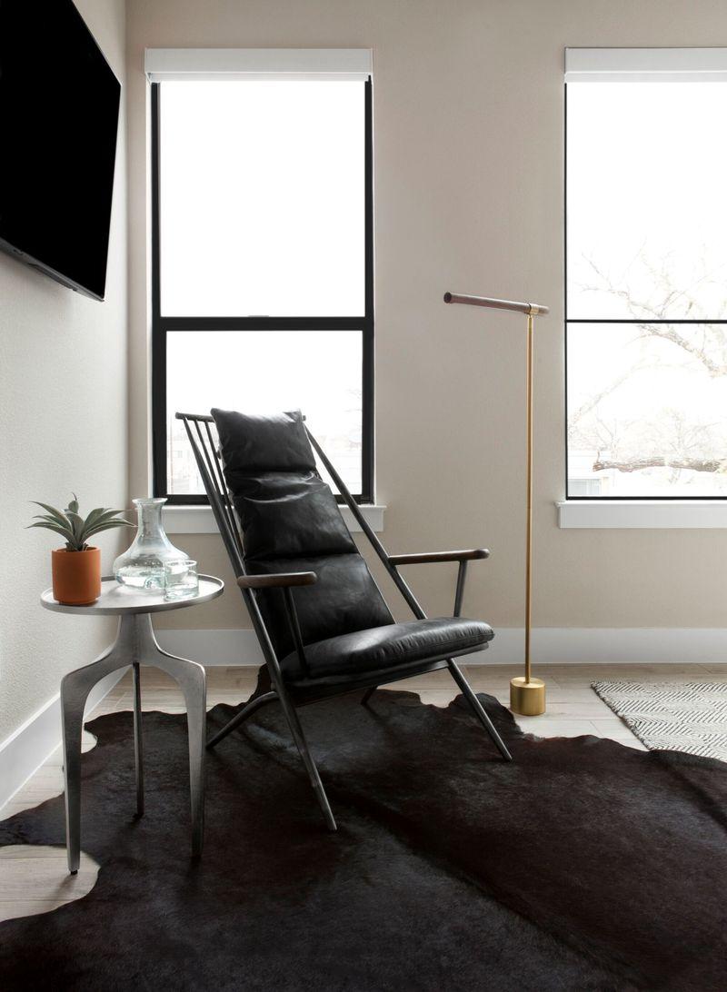 """<span style=""""font-weight: 400"""">Se você possui móveis rústicos, alguns tapetes neutros podem deixar a casa mais aconchegante. Além disso, você também pode deixar uma cadeira mais convidativa com algumas almofadas elegantes de couro.</span>"""