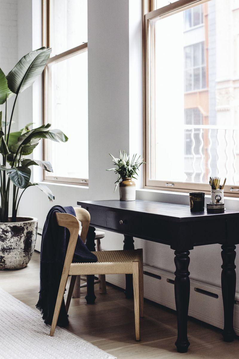 """<span style=""""font-weight: 400"""">As paredes revestidas de janelas são uma característica clássica de muitos interiores desse tipo. Se você foi abençoado com janelas enormes, coloque-as em destaque com uma decoração grande nas proximidades - como uma planta alta. Se você estiver trabalhando com uma abertura menor, atraia atenção usando uma peça de mobiliário ousada que pode ficar logo abaixo do parapeito.</span>"""