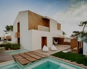 Construção de casa moderna com piscina