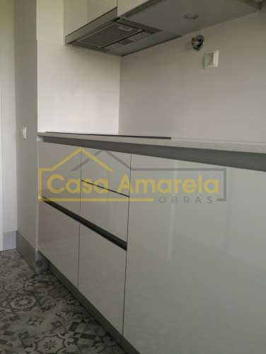 Móvel lacado alto brilho para remodelação de cozinha no Porto
